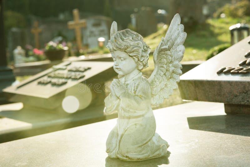 Poco angelo sulla tomba immagine stock