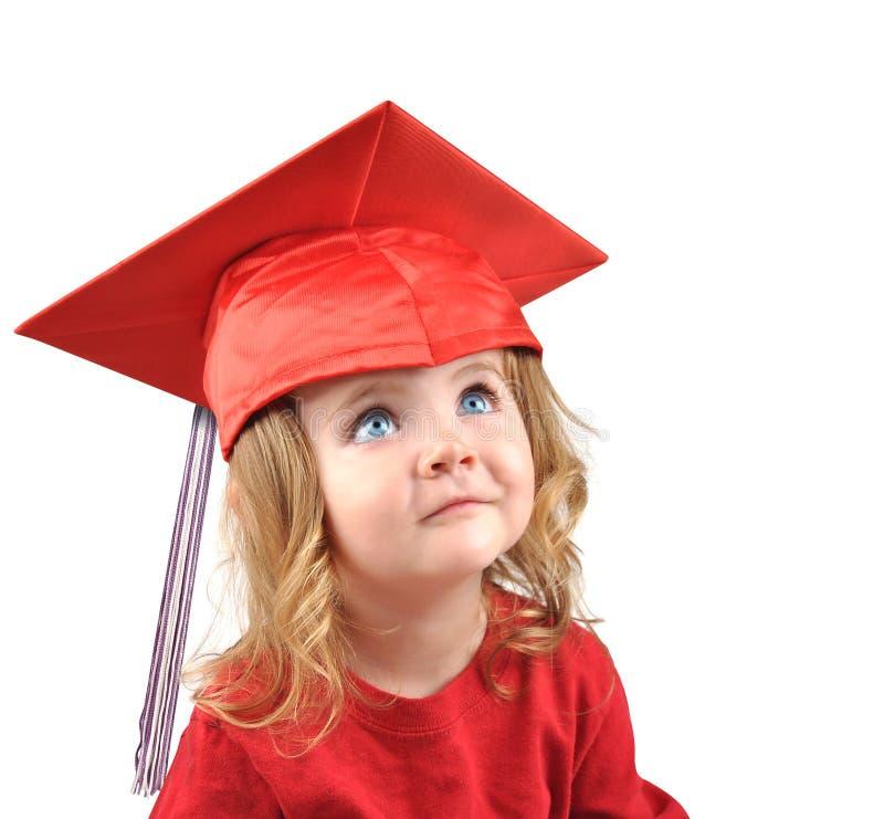Poco bambino del facoltà universitaria che concede il dottorato su bianco immagine stock libera da diritti