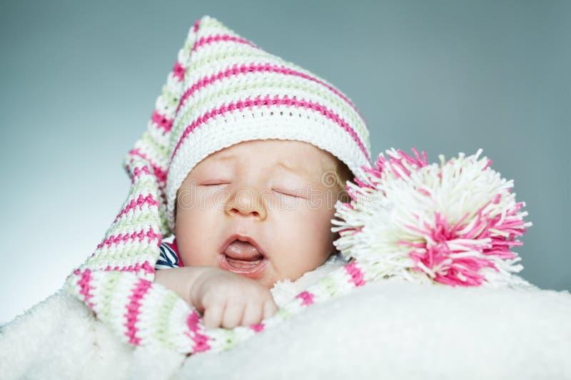 Poco bambino divertente dello sleepeng immagini stock