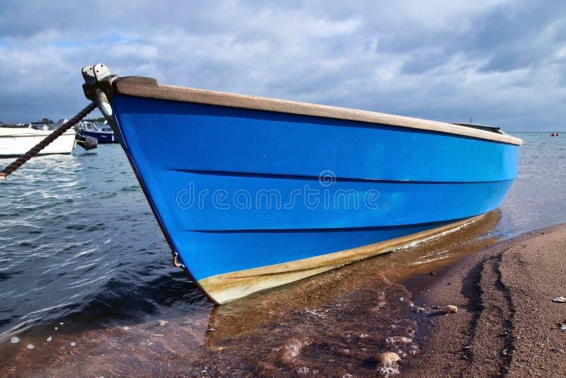 Poco barco azul imagenes de archivo