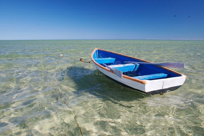 Poco barco azul fotografía de archivo libre de regalías