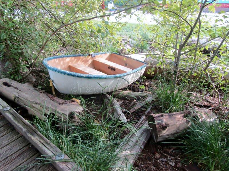 Poco barco en el bosque Parque de Fraser River fotografía de archivo libre de regalías