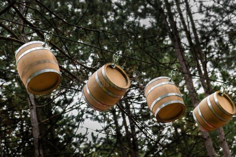 Poco barells de madera que cuelgan en la cuerda en el festival de vino fotografía de archivo libre de regalías