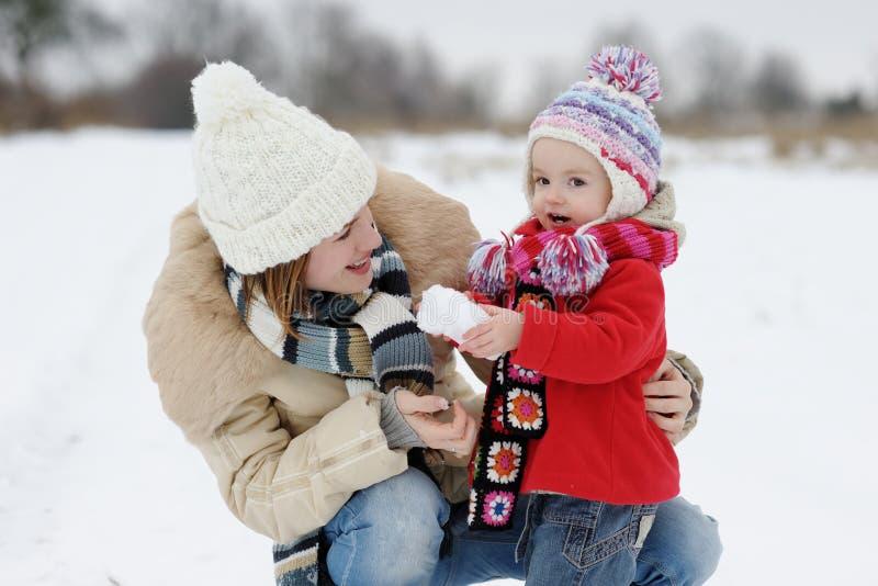 Poco bebé del invierno y su madre foto de archivo libre de regalías