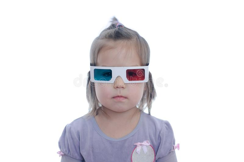 Poco bebé en los vidrios del cine del anáglifo 3D para el sistema estéreo de la imagen con la polarización 3D googlea con los ojo imagenes de archivo