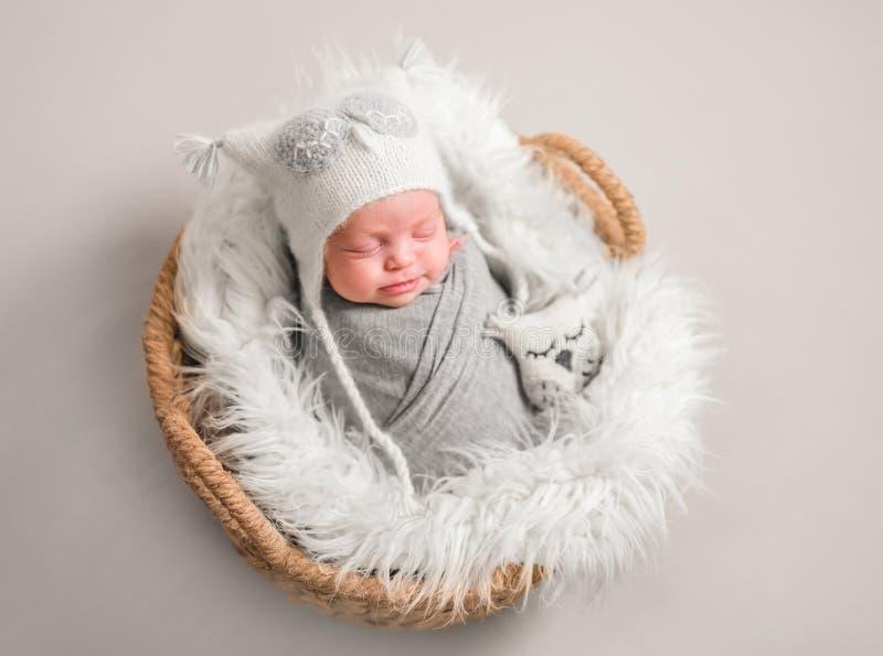 Poco bebé lindo que duerme dulce fotos de archivo