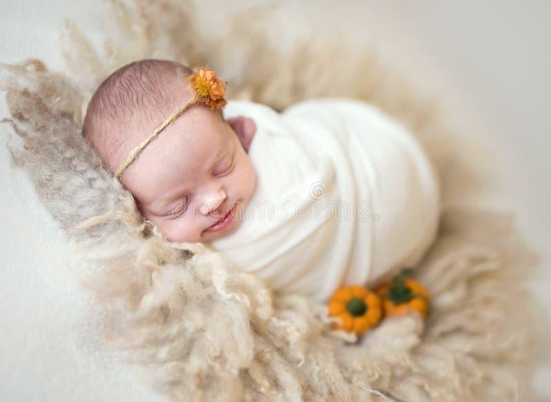 Poco bebé lindo que duerme dulce imagenes de archivo