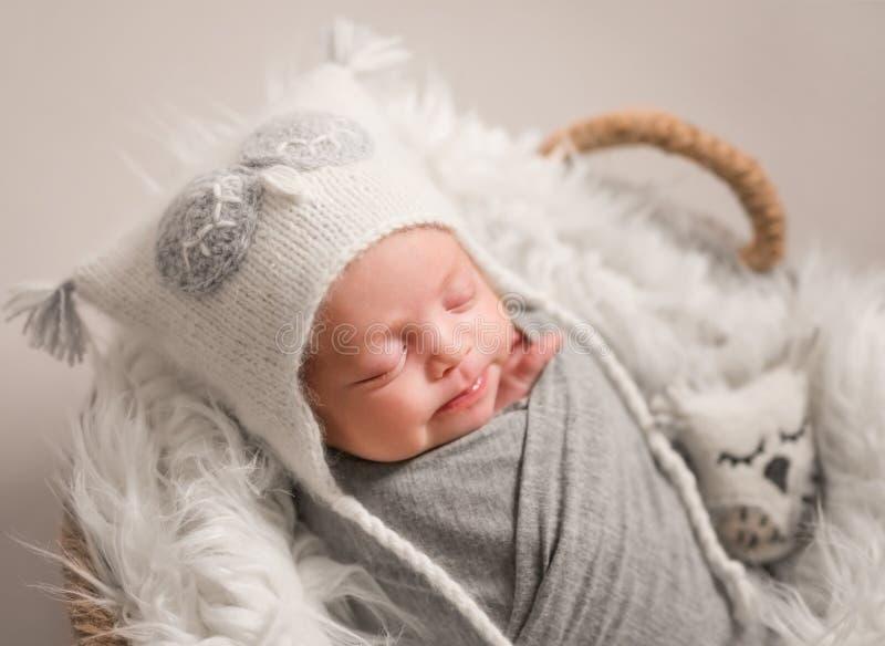 Poco bebé lindo que duerme dulce fotografía de archivo