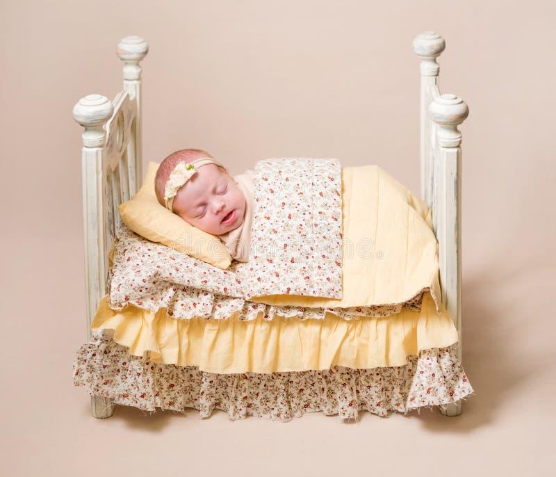 Poco bebé lindo que duerme dulce imagen de archivo