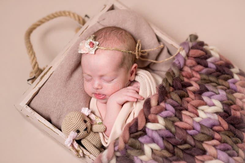 Poco bebé lindo que duerme dulce foto de archivo