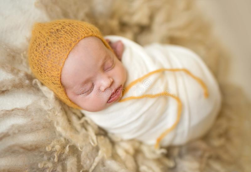 Poco bebé lindo que duerme dulce imagen de archivo libre de regalías