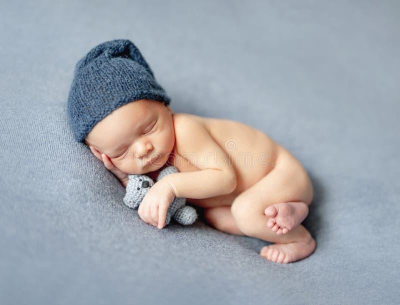 Poco beb? que duerme dulce fotografía de archivo