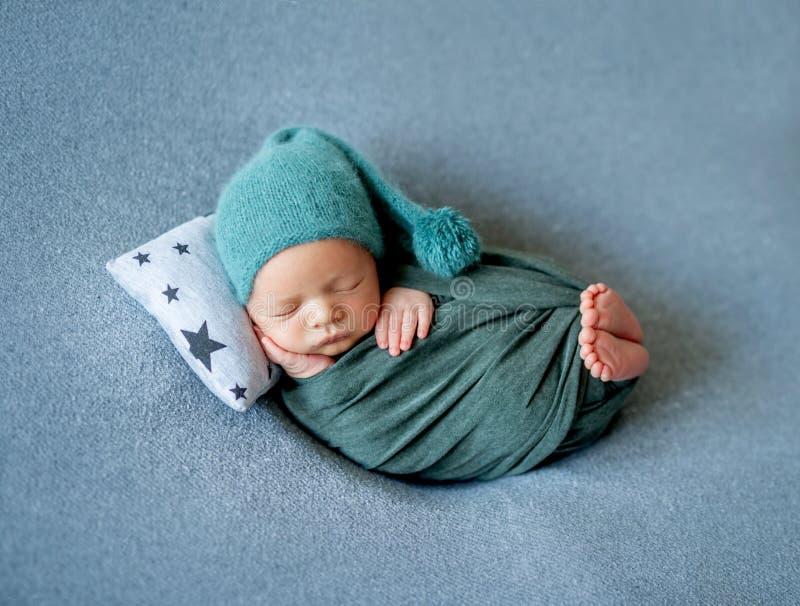 Poco beb? que duerme dulce fotos de archivo libres de regalías
