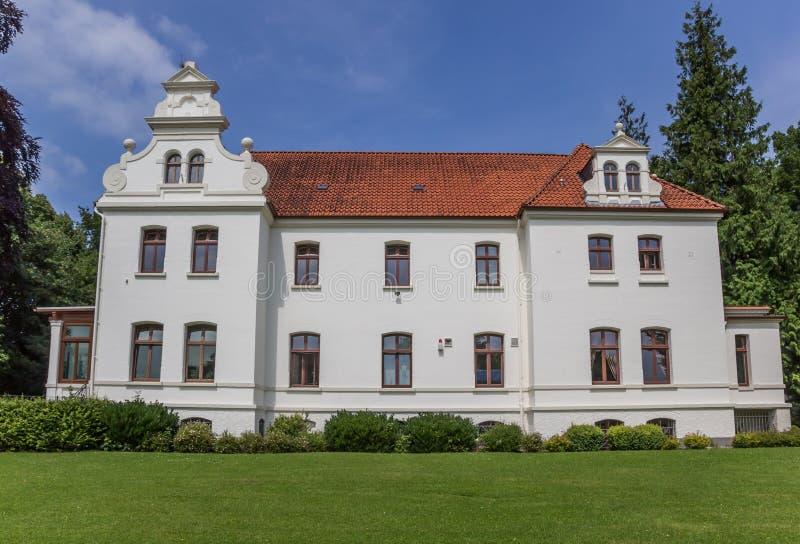 Poco castello nel centro storico di Aurich fotografia stock