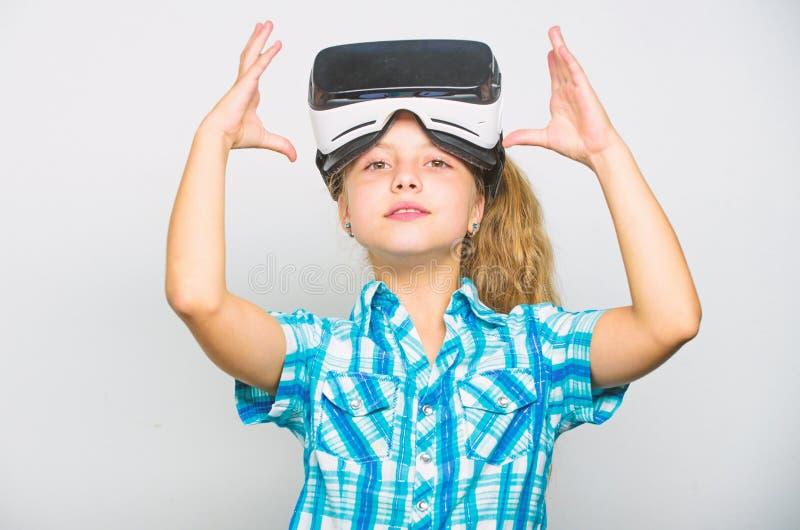 Poco concepto del videojugador Juegos virtuales del juego de ni?os con el dispositivo moderno Explore la oportunidad virtual Los  imagenes de archivo