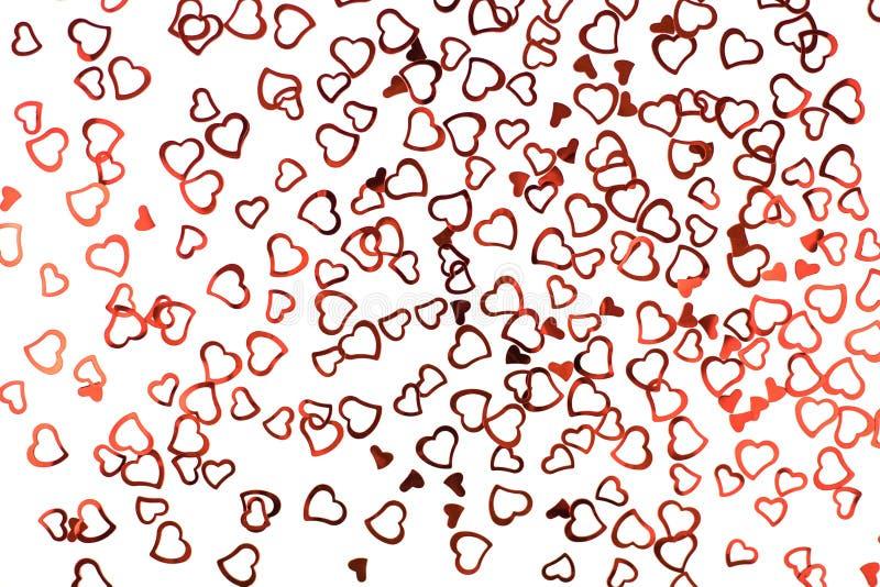 Poco corazones rojos del confeti en el fondo blanco fotos de archivo libres de regalías