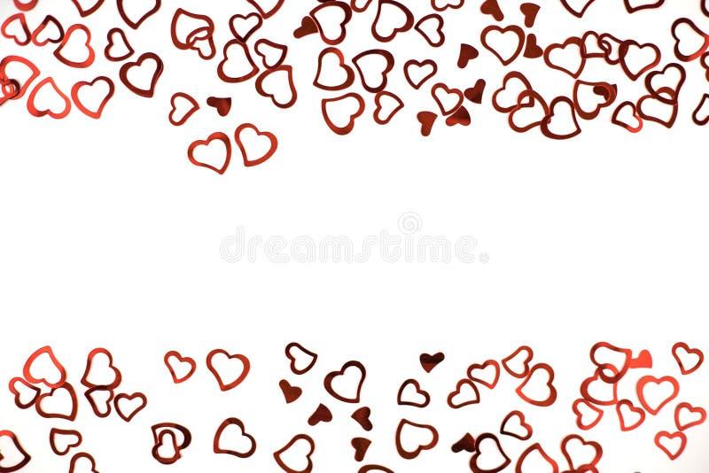 Poco corazones rojos del confeti en el fondo blanco libre illustration