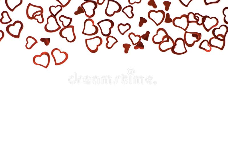 Poco corazones rojos del confeti en el fondo blanco imagenes de archivo