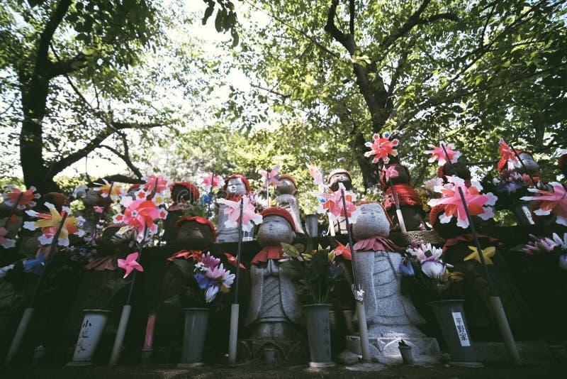 Poco estatua del monje en el templo de Zojoji imagen de archivo