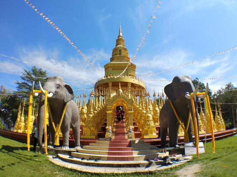 Poco frente del elefante de la pagoda de Stupa del oro imagen de archivo libre de regalías