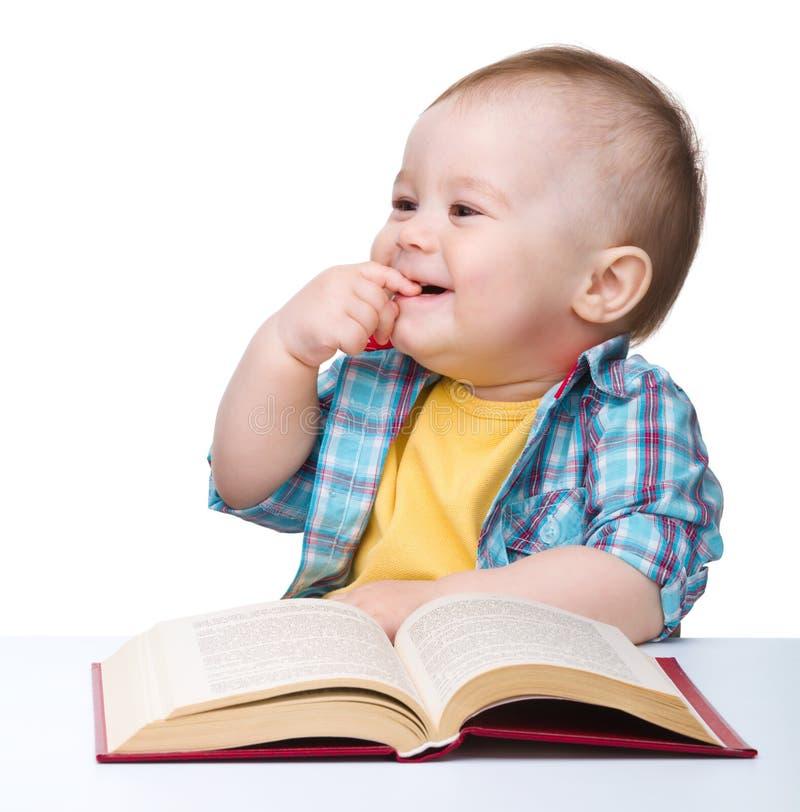 Poco gioco da bambini con il libro immagine stock libera da diritti
