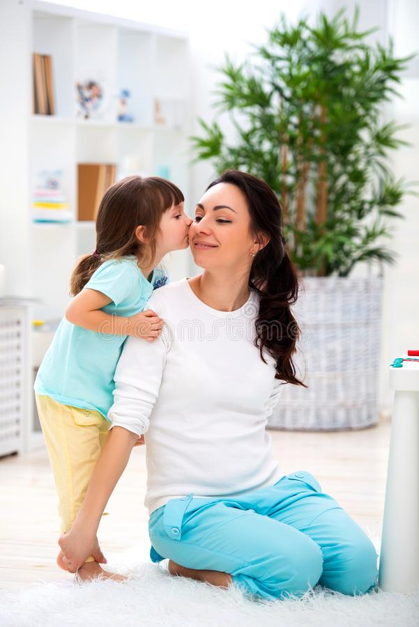 Poco hija abraza y besa a la mamá Familia feliz y amor Día del `s de la madre fotos de archivo libres de regalías