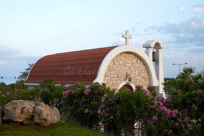 Poco iglesia contra el cielo azul fotos de archivo libres de regalías