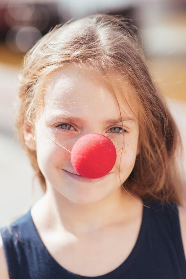 Poco imita a la muchacha que las demostraciones pantomime en la calle imágenes de archivo libres de regalías
