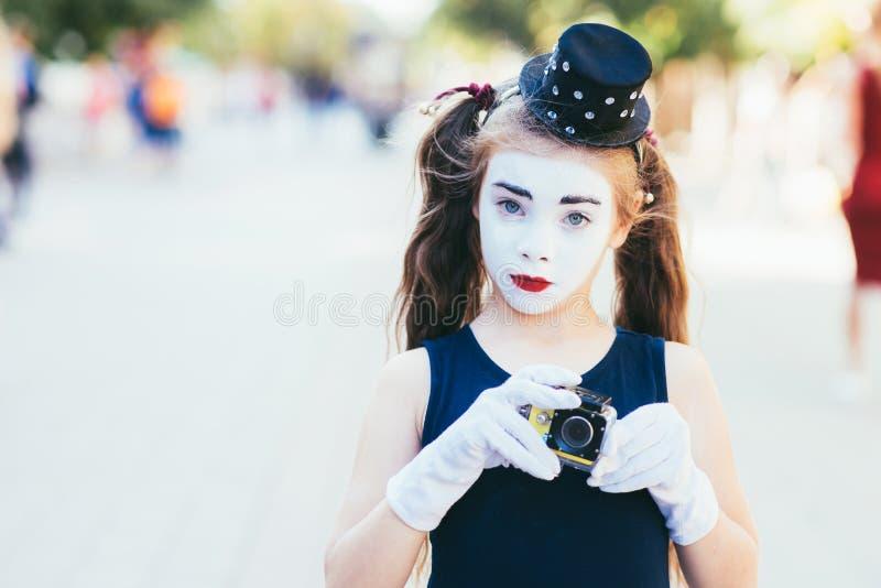 Poco imita a la muchacha que las demostraciones pantomime en la calle foto de archivo