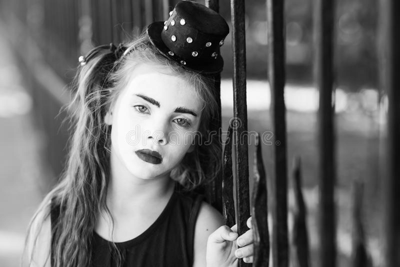 Poco imita a la muchacha que las demostraciones pantomime en la calle imagenes de archivo