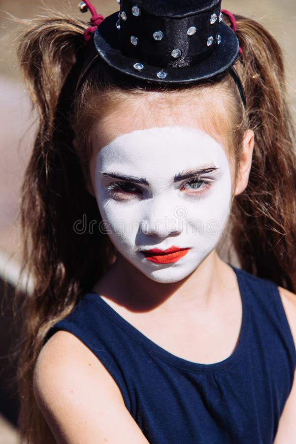 Poco imita a la muchacha que las demostraciones pantomime en la calle foto de archivo libre de regalías