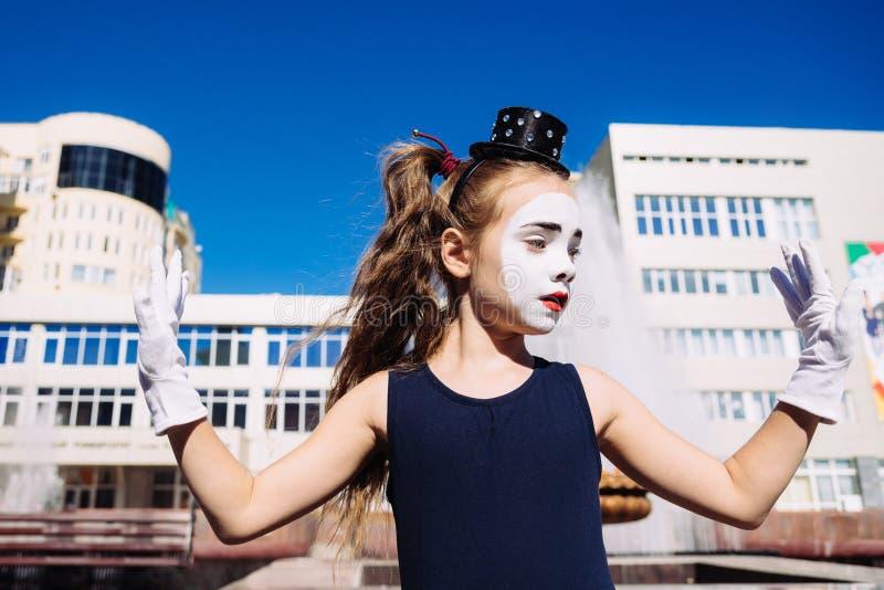 Poco imita a la muchacha que las demostraciones pantomime en la calle fotos de archivo