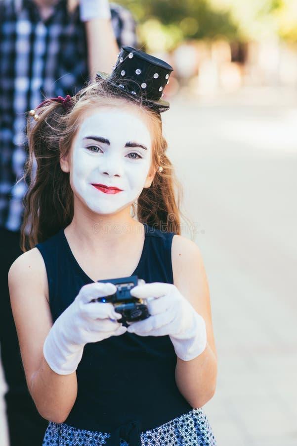 poco imita los lanzamientos de la muchacha video en cámaras foto de archivo libre de regalías