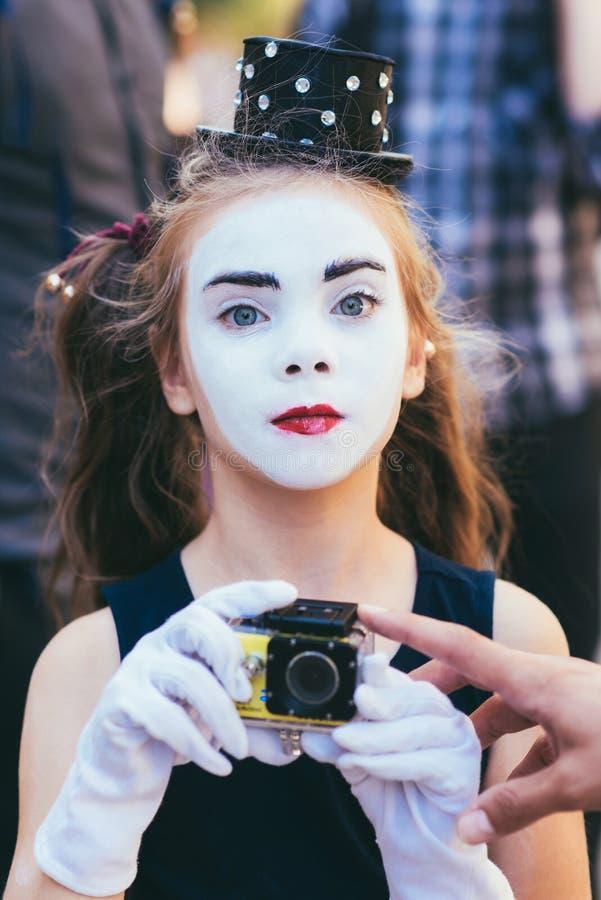 poco imita los lanzamientos de la muchacha video en cámaras fotografía de archivo
