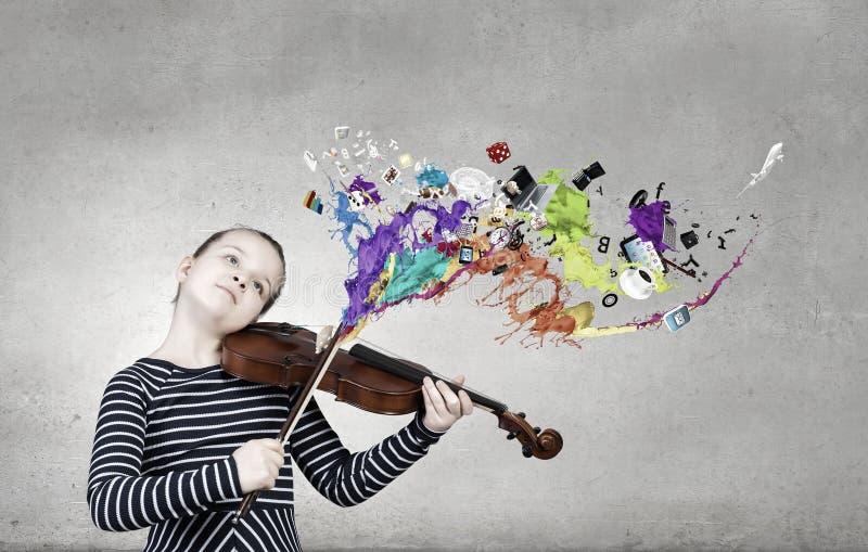 Poco jugador del violín fotografía de archivo libre de regalías
