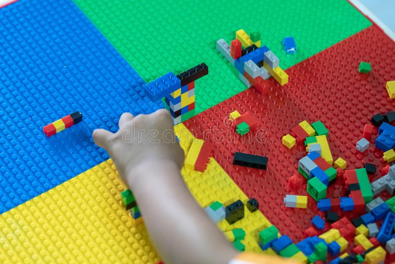 Poco los niños está jugando los juguetes en la casa fotografía de archivo libre de regalías