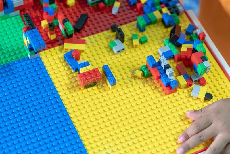 Poco los niños está jugando los juguetes en la casa imagen de archivo libre de regalías