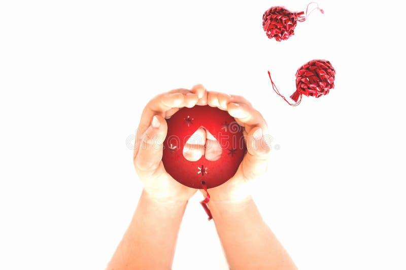 Poco manos del control del niño en la palma del corazón de madera para día de San Valentín, los días de fiesta para mujer del día fotos de archivo