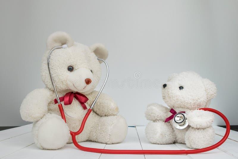 Poco muñecas del oso con el instrumento del doctor imagenes de archivo