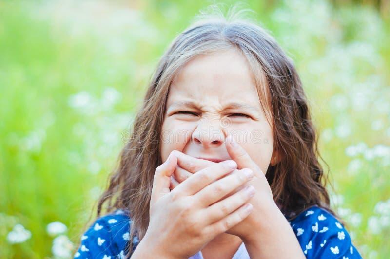 Poco muchacha adorable que grita en el campo en la naturaleza, luz del día, verano imágenes de archivo libres de regalías