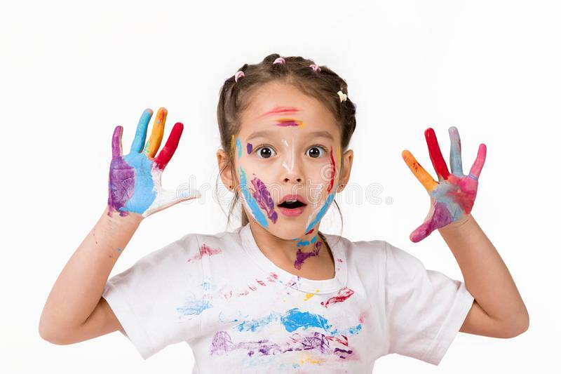 Poco muchacha del ni?o con las manos pintadas en pintura colorida fotos de archivo libres de regalías