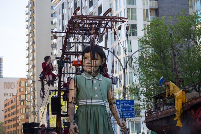 Poco muchacha-gigante en Montreal, Quebec fotografía de archivo
