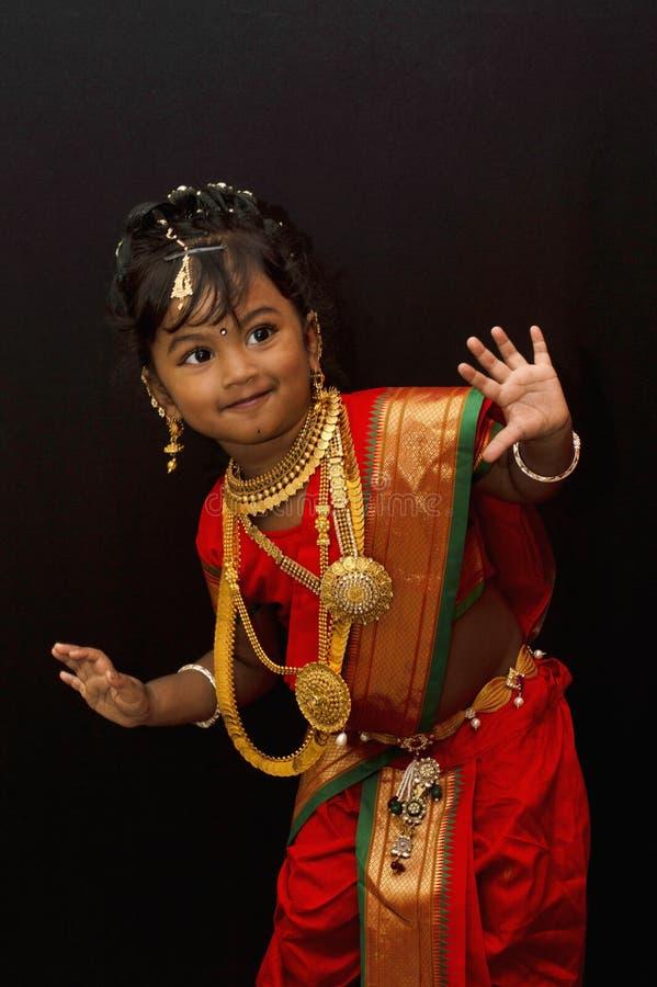 Poco muchacha india que presenta en un traje tradicional foto de archivo