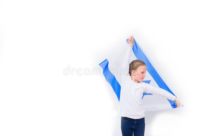 Poco muchacha judía del patriota con la bandera Israel en el fondo blanco imagenes de archivo
