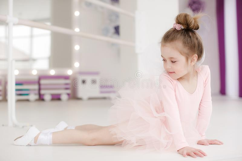 Poco muchacha linda en clase en estudio del ballet imagen de archivo