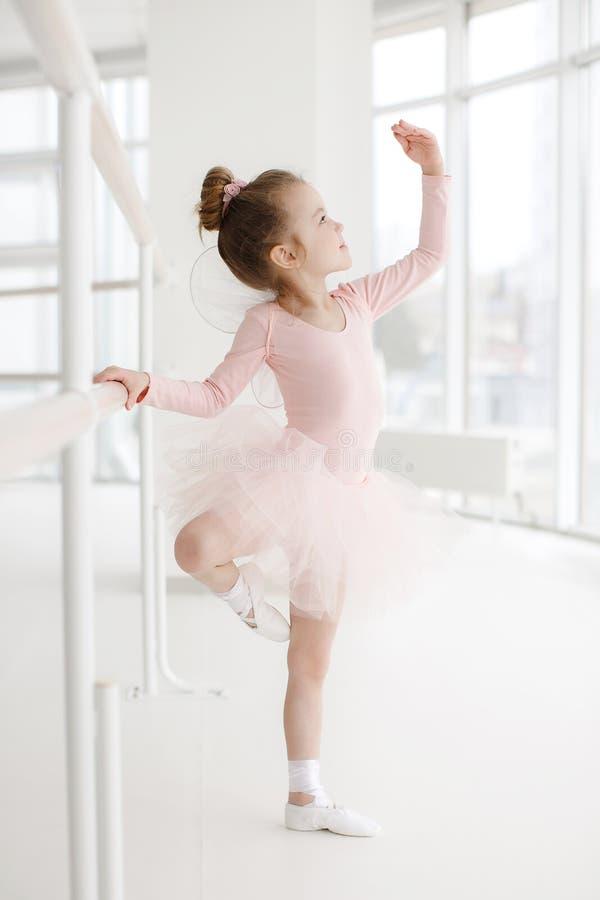 Poco muchacha linda en clase en estudio del ballet fotografía de archivo