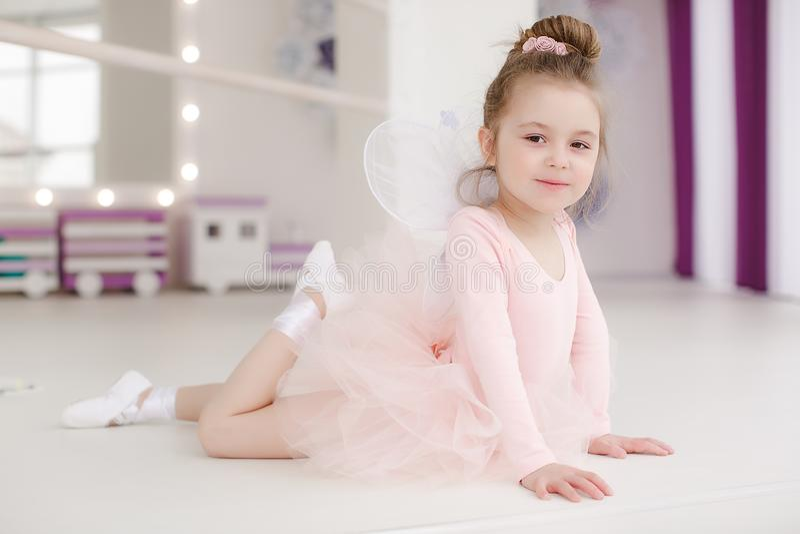 Poco muchacha linda en clase en estudio del ballet fotografía de archivo libre de regalías