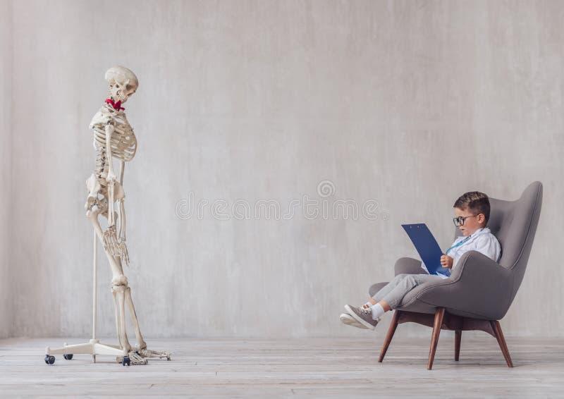 Poco niño y un esqueleto imágenes de archivo libres de regalías