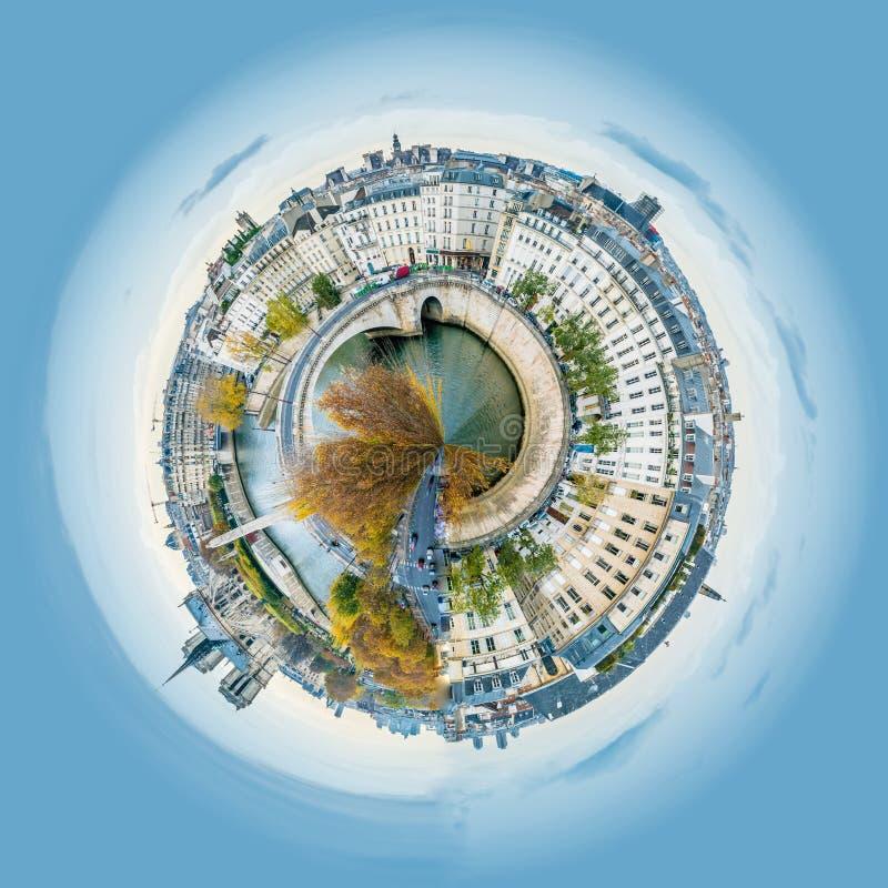 Poco opinión del planeta del panorama de Notre-dama-de-París y de río Sena en París en otoño foto de archivo libre de regalías
