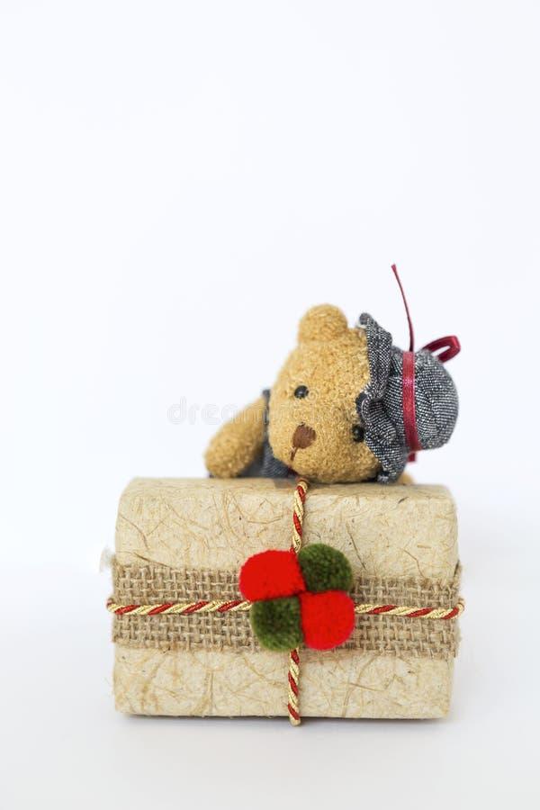 Poco oso de peluche con la caja de regalo de la Navidad imagen de archivo libre de regalías